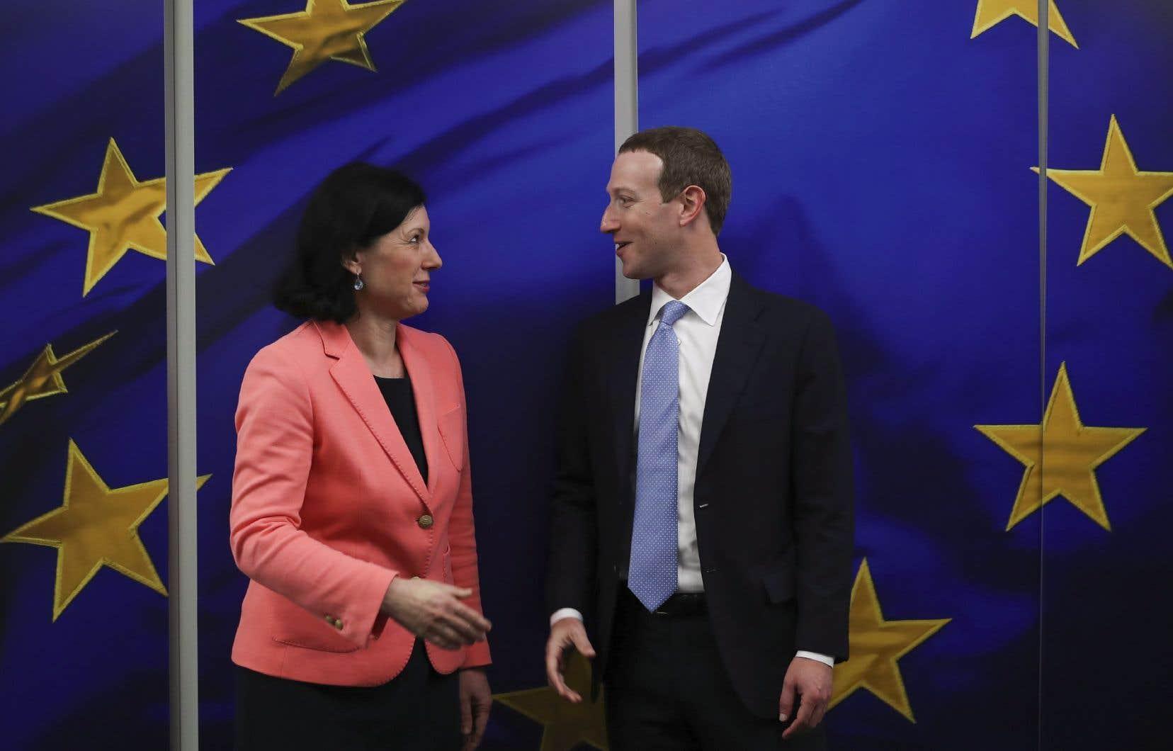 La Commissaire européenne à la Justice, Vera Jourova (à gauche), est très critique envers Facebook depuis le scandale des données de Cambridge Analytica en 2018.