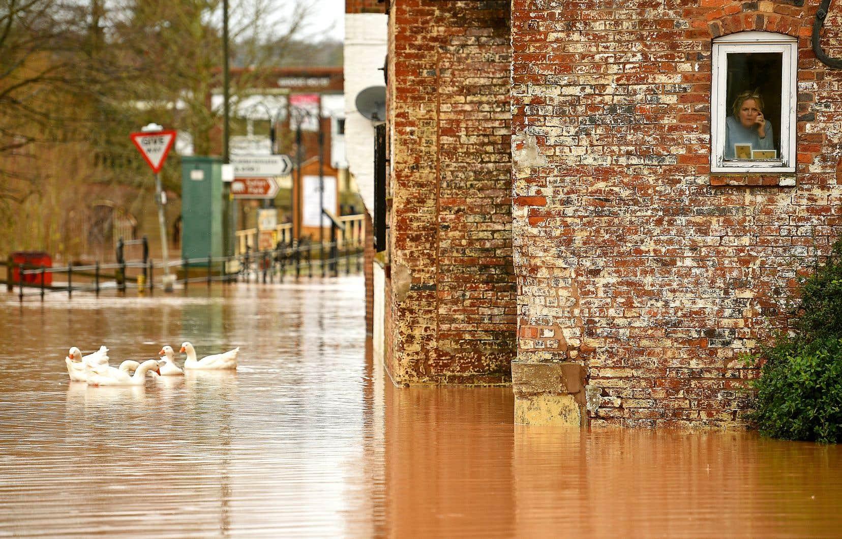 Des centaines d'alertes aux inondations sont toujours en place, notamment dans le sud du Pays de Galles, dont cinq graves dans l'ouest de l'Angleterre, selon l'Agence de l'environnement.