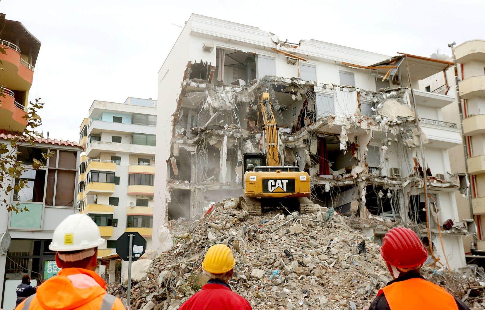 Des pelles mécaniques avaient été utilisées par les secouristes dans leurs recherches de victimes du tremblement de terre, survenu le 26 novembre dernier.