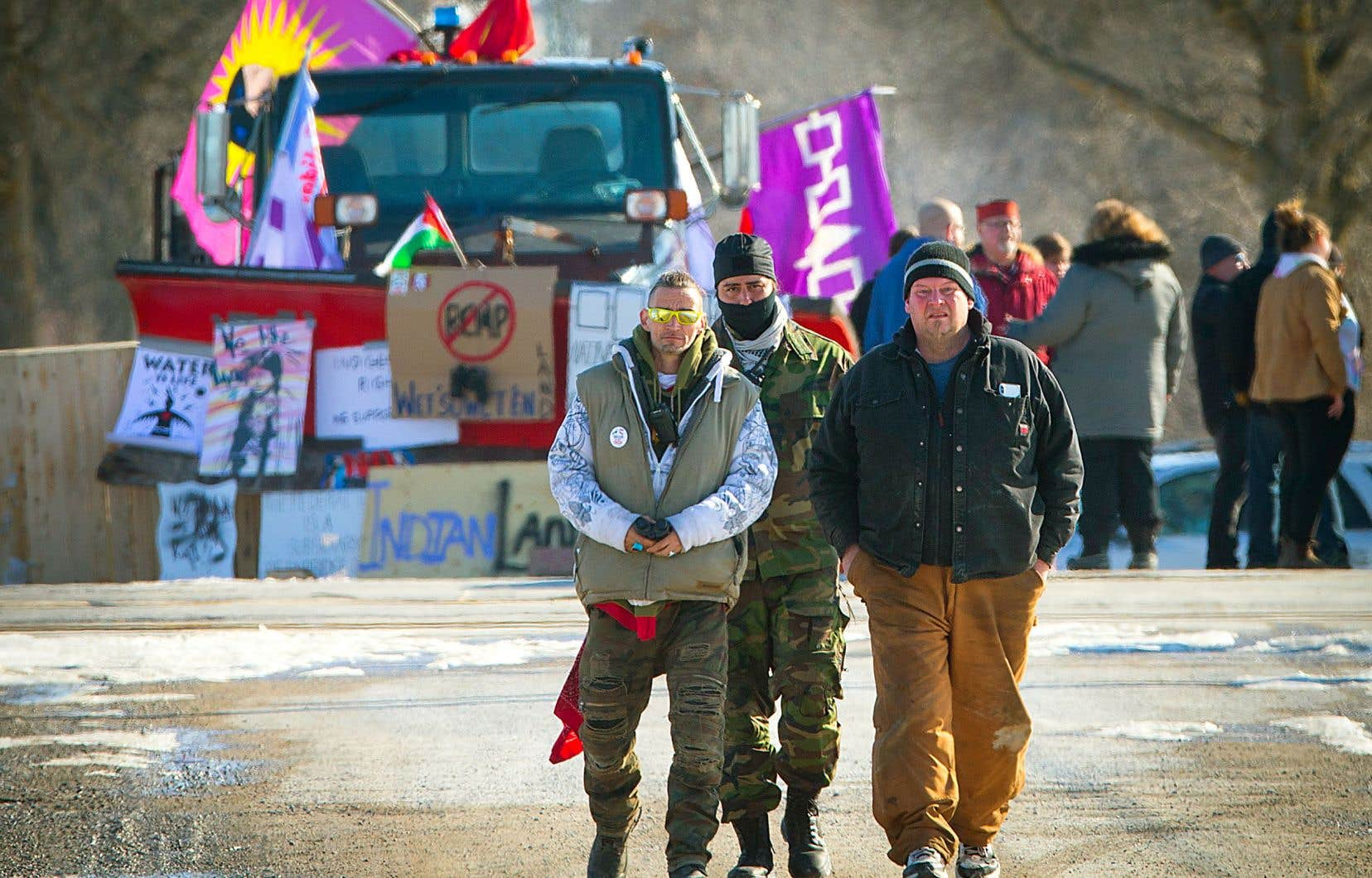 À Tyendinaga, en Ontario, les Mohawks interdisent aux journalistes de s'approcher de la barricade.