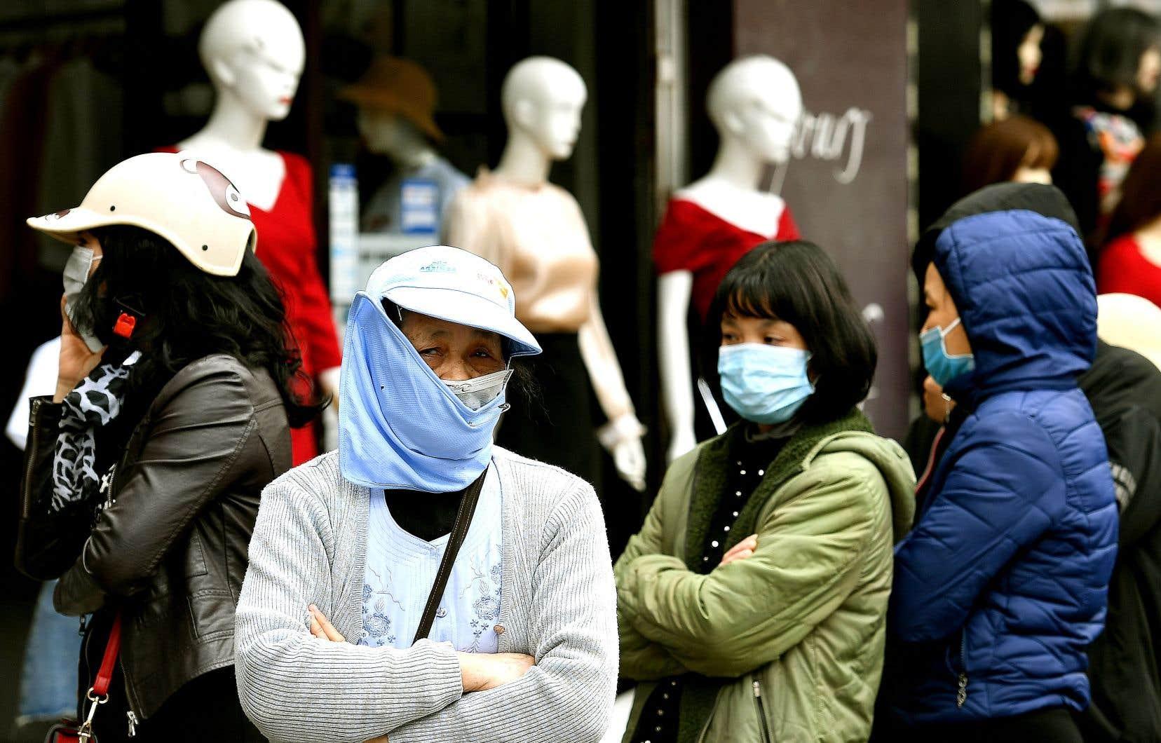 Des gens faisaient la file lundi, à Hanoi, pour se procurer des masques protecteurs.