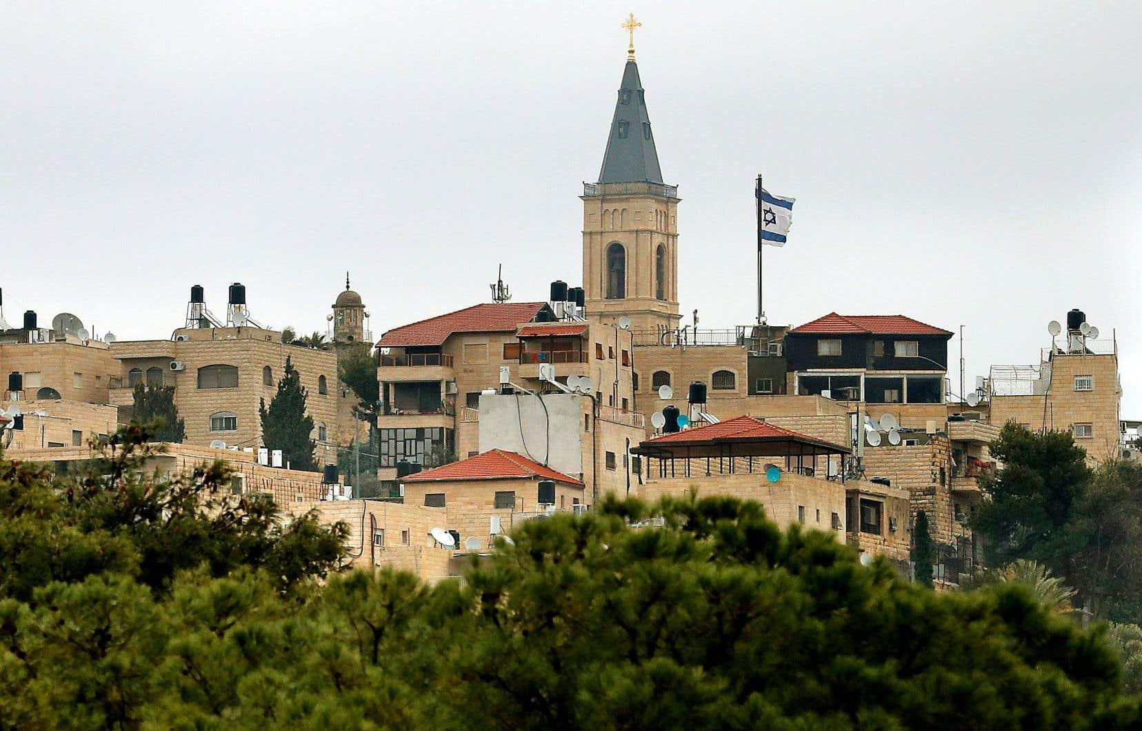 Un drapeau israélien au-dessus d'un quartier de Jérusalem-Est