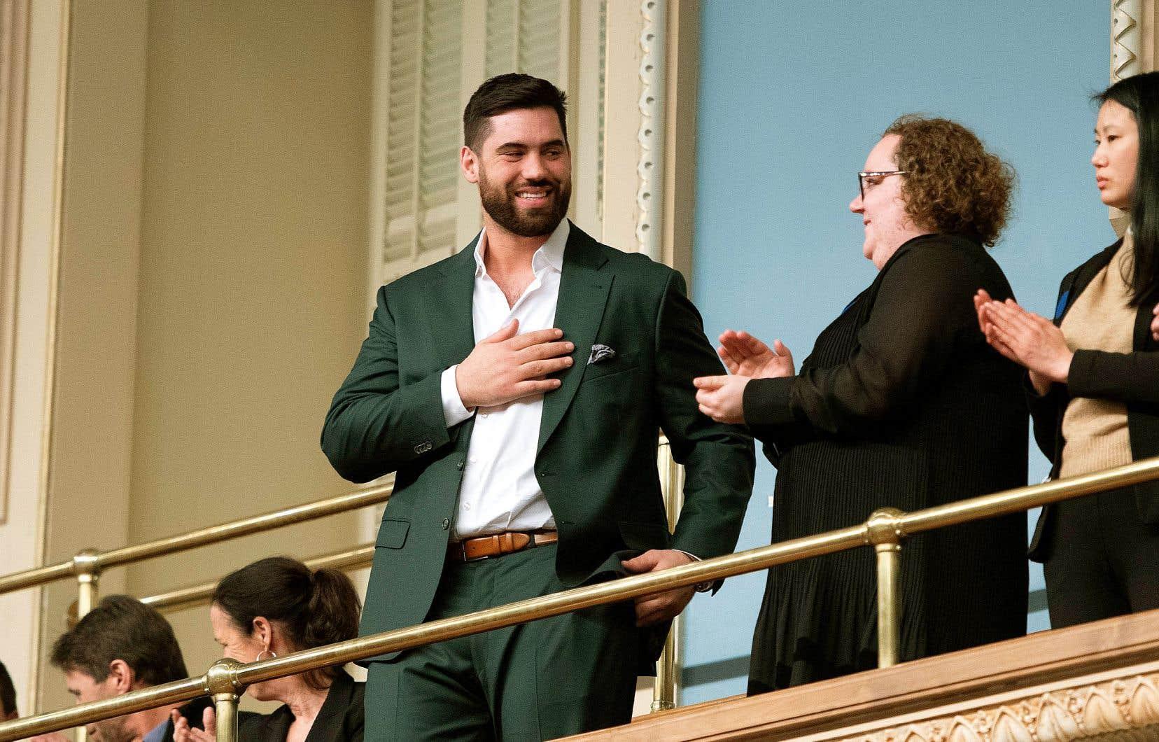 Laurent Duvernay-Tardif areçu mardi la Médaille d'honneur de l'Assemblée nationale, à l'occasion d'une cérémonie tenue à l'agora du parlement.