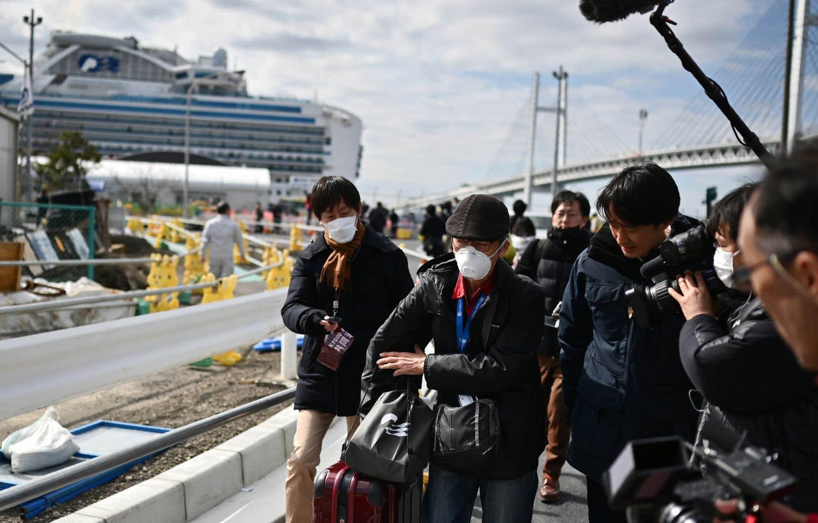 Quelque 500 passagers ne présentant pas de symptômes devaient débarquer pendant la journée, selon le ministère japonais de la Santé.