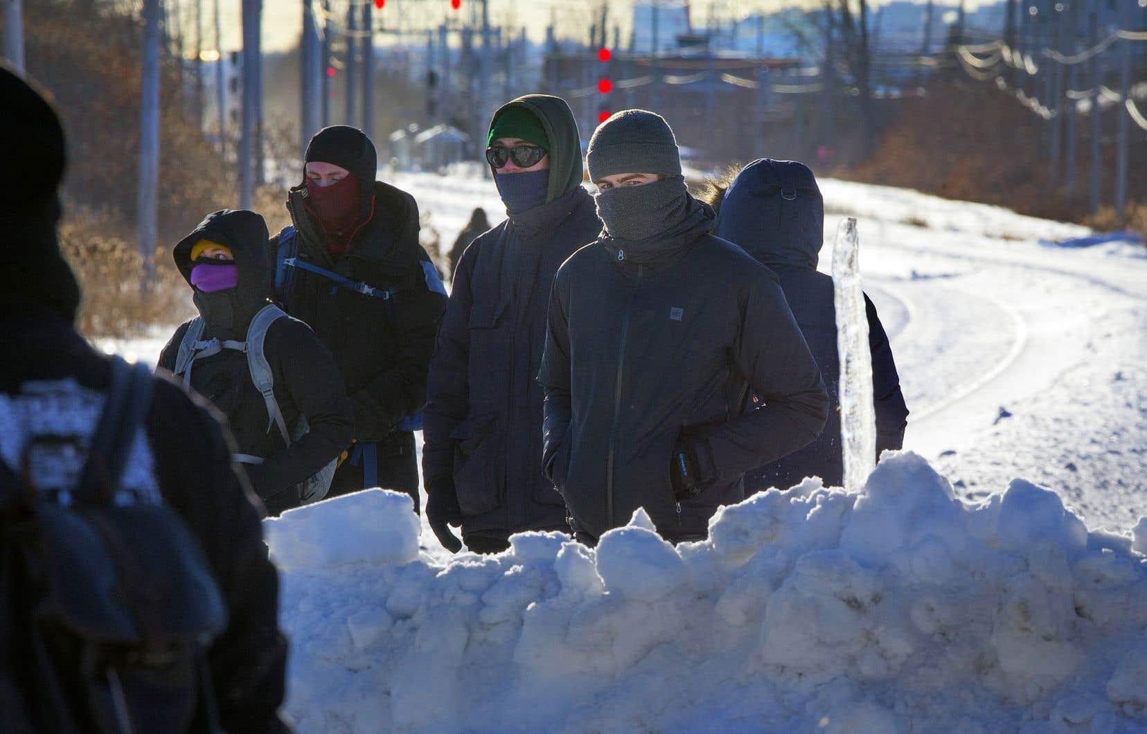 La barricade érigée sur les voies du CN, à Saint-Lambert, empêche le train de banlieue qui se rend à Mont-Saint-Hilaire d'effectuer son trajet. De même, les liaisons entre Montréal et Québec ont été suspendues au moins jusqu'à vendredi.
