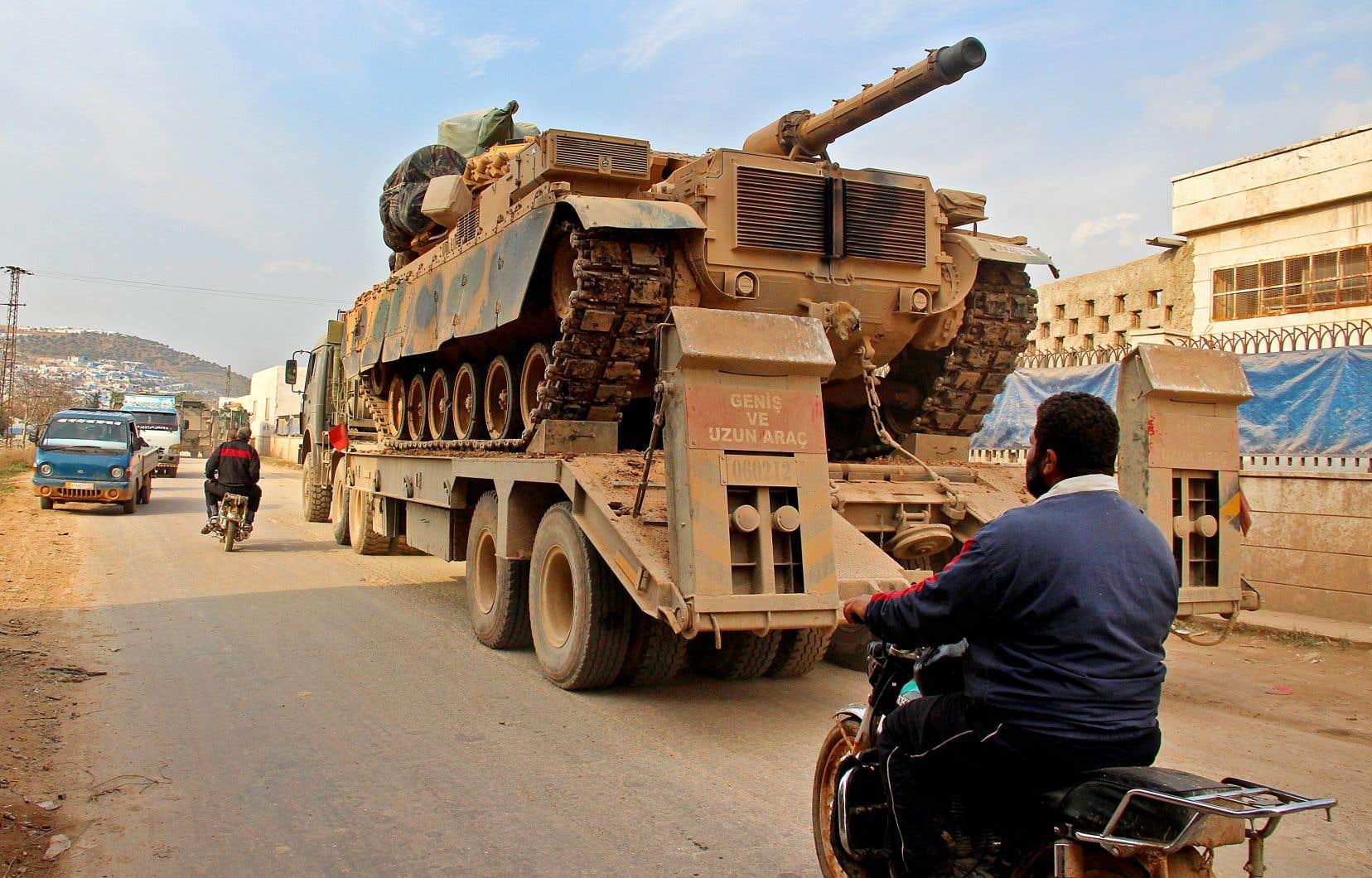 Un camion turc, chargé d'un char d'assaut, a traversé un village de la région d'Idleb, en Syrie, mercredi.