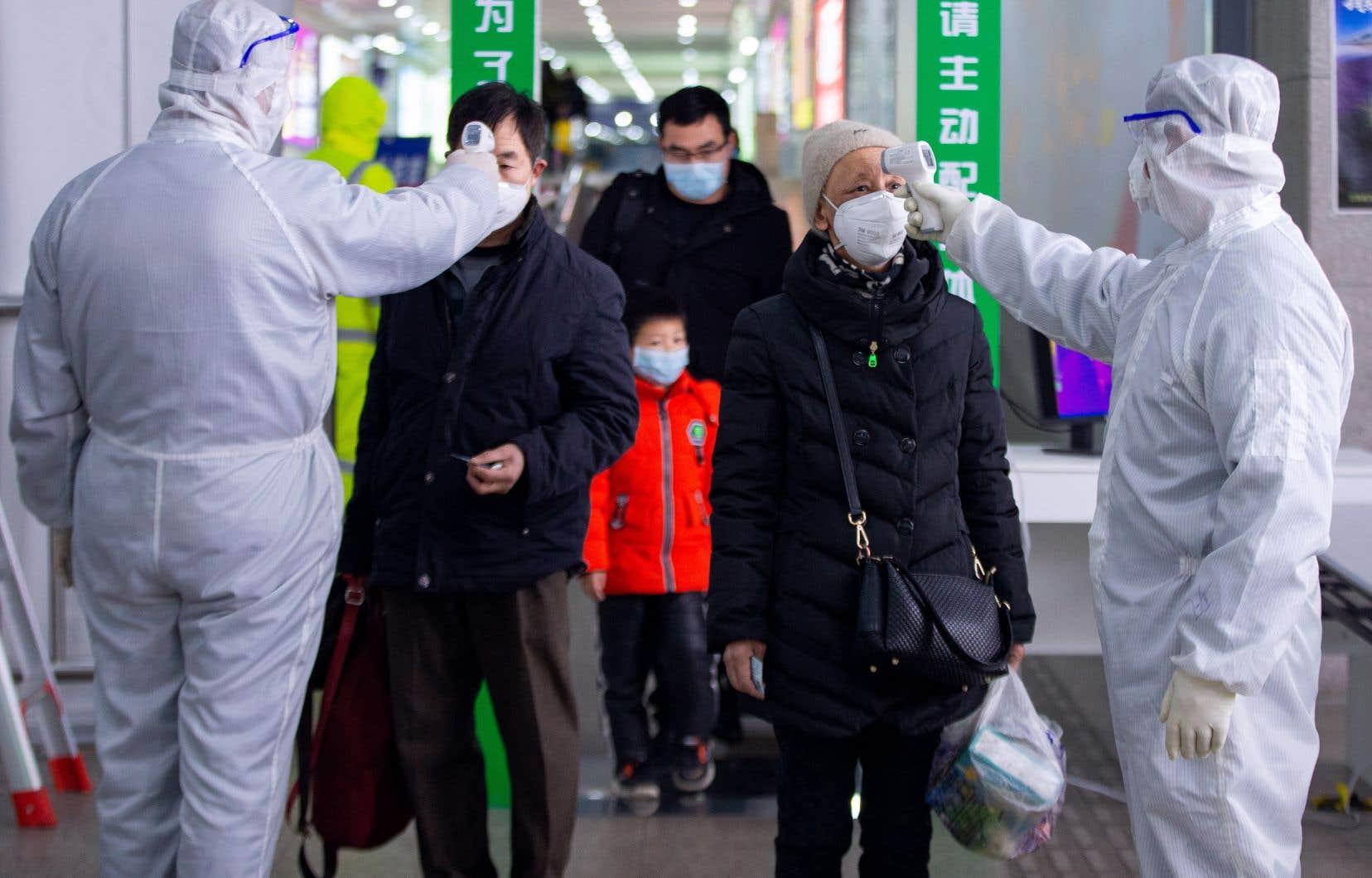 L'inquiétude face au virus touche aussi la Russie, où aucun ressortissant chinois ne peut entrer à partir de jeudi, point d'orgue des mesures sanitaires prises contre l'épidémie.Sur la photo, des passagers à la gare de Nanjing, dans la province chinoise de Jiangsu.