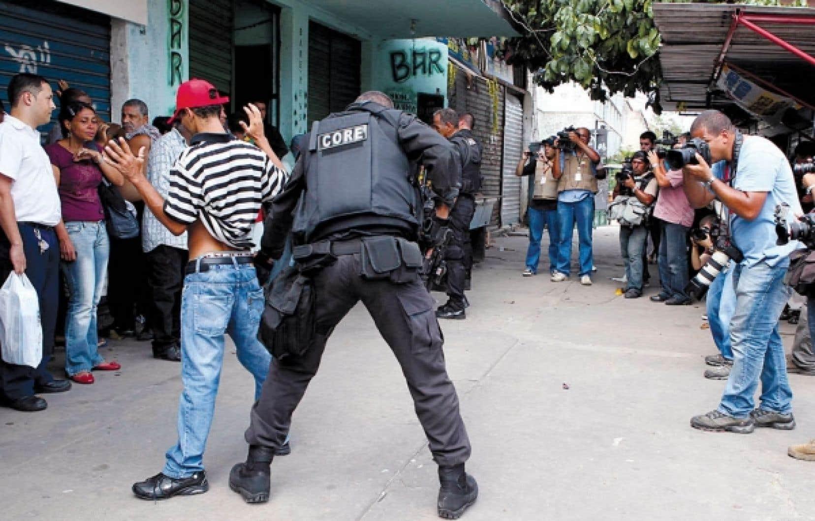 Les contrôles policiers se sont poursuivis hier dans les favelas de Rio.<br />