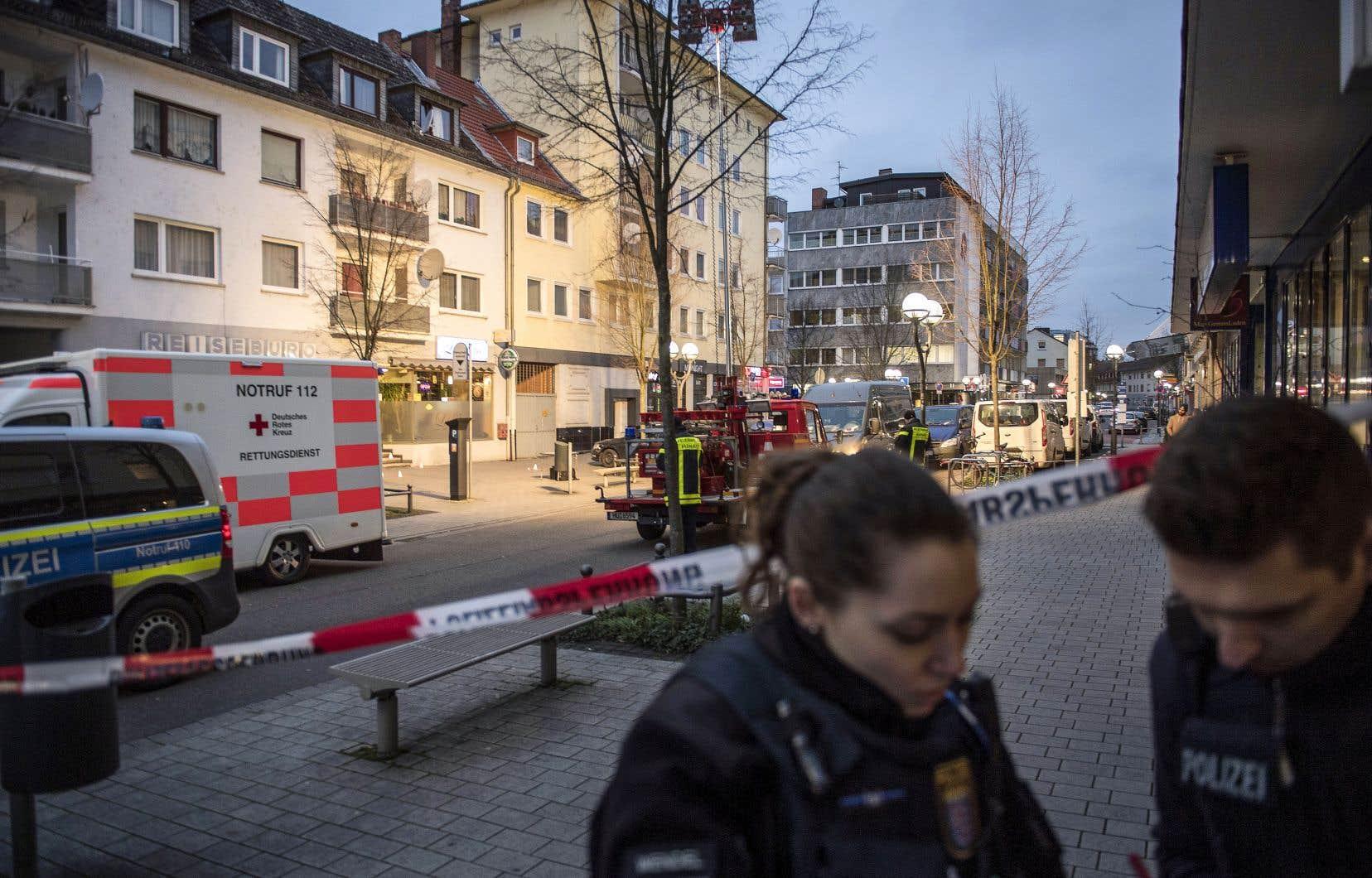 Un policier et une agente des services d'urgence discutaient, jeudi, devant le cordon de police au centre-ville de Hanau, près de Francfort, où un tireur a abattu neuf personnes dans des bars à chicha.