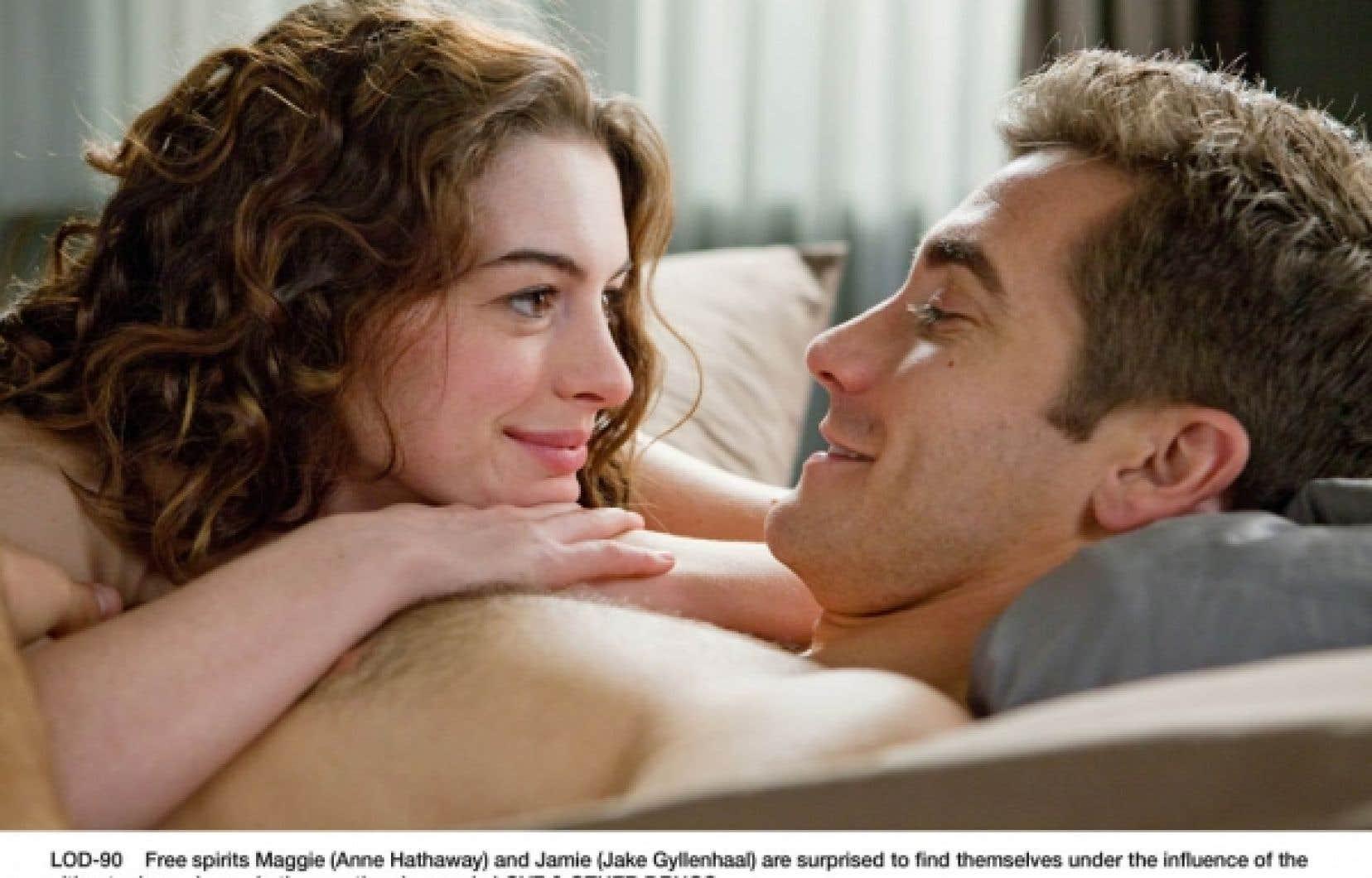 Jake Gyllenhaal et Anne Hathaway dans une scène de Love and Other Drugs.<br />