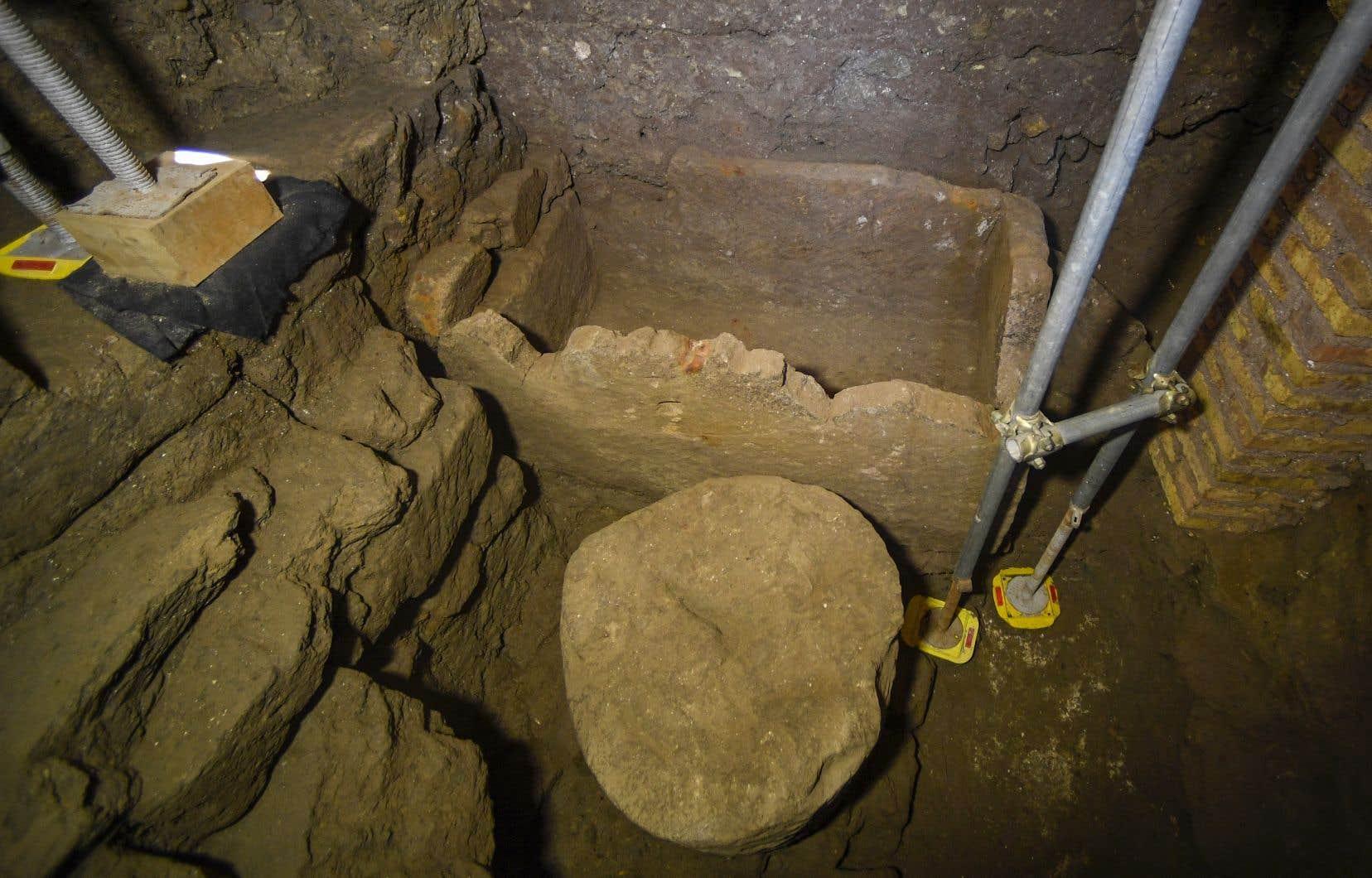 <p>Des fouilles récentesont permis de mettre au jour «un sarcophage de tufd'environ 1,40 mètre de long, associé à un élément circulaire, probablement un autel», les deux éléments remontant au VIesiècle avant J.-C..</p>