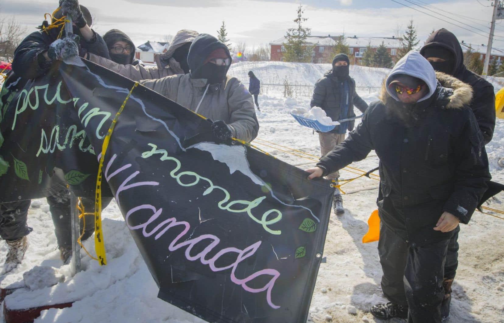 Les militants ont lancé un appel pour l'érection d'autres barricades pour bloquer les ports, les ponts, les routes et les rails en appui aux chefs héréditaires wet'suwet'en qui s'opposent au projet de gazoduc Coastal GasLink en Colombie-Britannique.