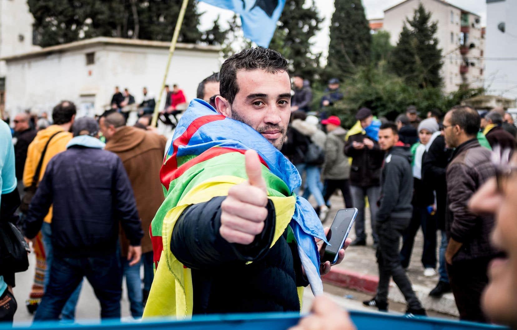 Selon Amnistie internationale, des centaines de personnes se sont retrouvées en prison au cours de l'année 2019 à la suite de manifestations du Hirak. C'est le cas de Hillal Yahiaoui, qui a passé 6 mois derrière les barreaux pour avoir exposé le drapeau berbère lors d'une manifestation en Algérie, le 28 juin 2019. Depuis sa sortie de prison, le 24 décembre dernier, M. Yahiaoui continue de manifester avec son drapeau berbère, comme sur cette photo.