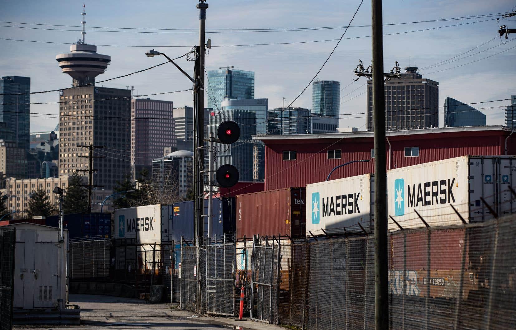 De nombreux conteneurs s'empilent dans le port de Vancouver, en raison de la paralysie du transport ferroviaire.