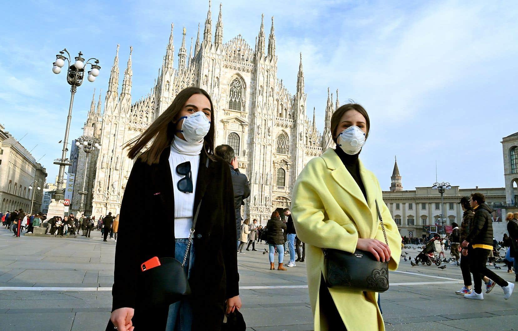 Arrêt du carnaval de Venise, fermetures d'établissements à Milan (en photo, dimanche) et deux semaines de quarantaine pour onze villes : le nord de l'Italie se prépare à vivre des jours d'angoisse et de restrictions après une soudaine et spectaculaire flambée de cas de COVID-19.