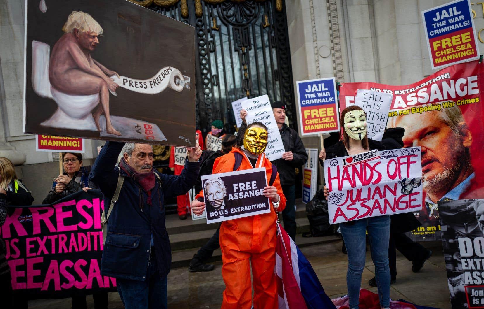 Samedi, une manifestation en appui à Julian Assange s'est déroulée à proximité de l'ambassade australienne, à Londres.