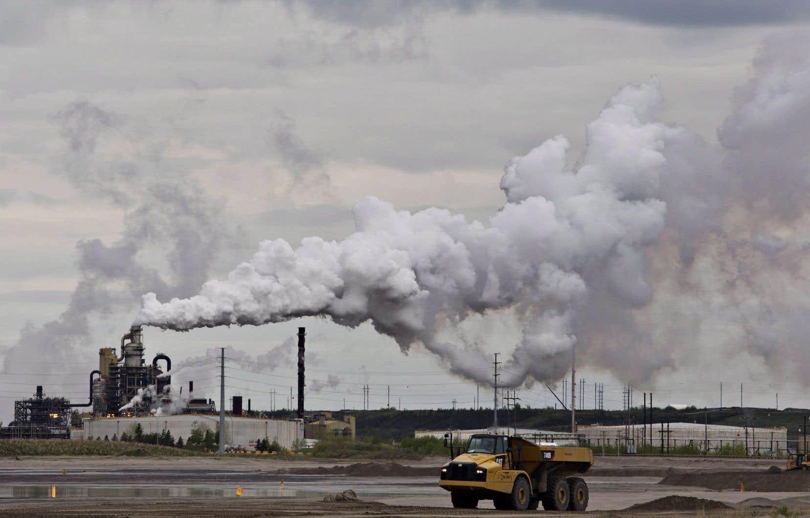 Le projet Frontier promettait de rapporter 12milliards de dollars en revenus divers pour le gouvernement fédéral, mais il aurait émis quatre millions de tonnes de gaz à effet de serre par année durant 40ans. Sur la photo, un projet d'extraction de sables bitumineux deSyncrude, près de Fort McMurray