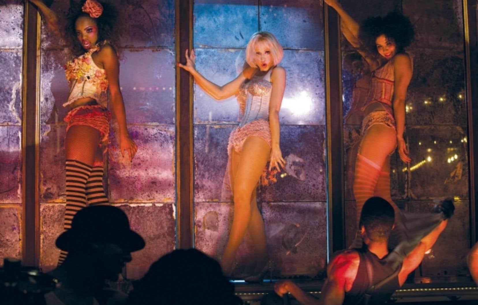 Burlesque marque les débuts de la chanteuse Christina Aguilera en tant qu'actrice et le retour de Cher au cinéma.<br />