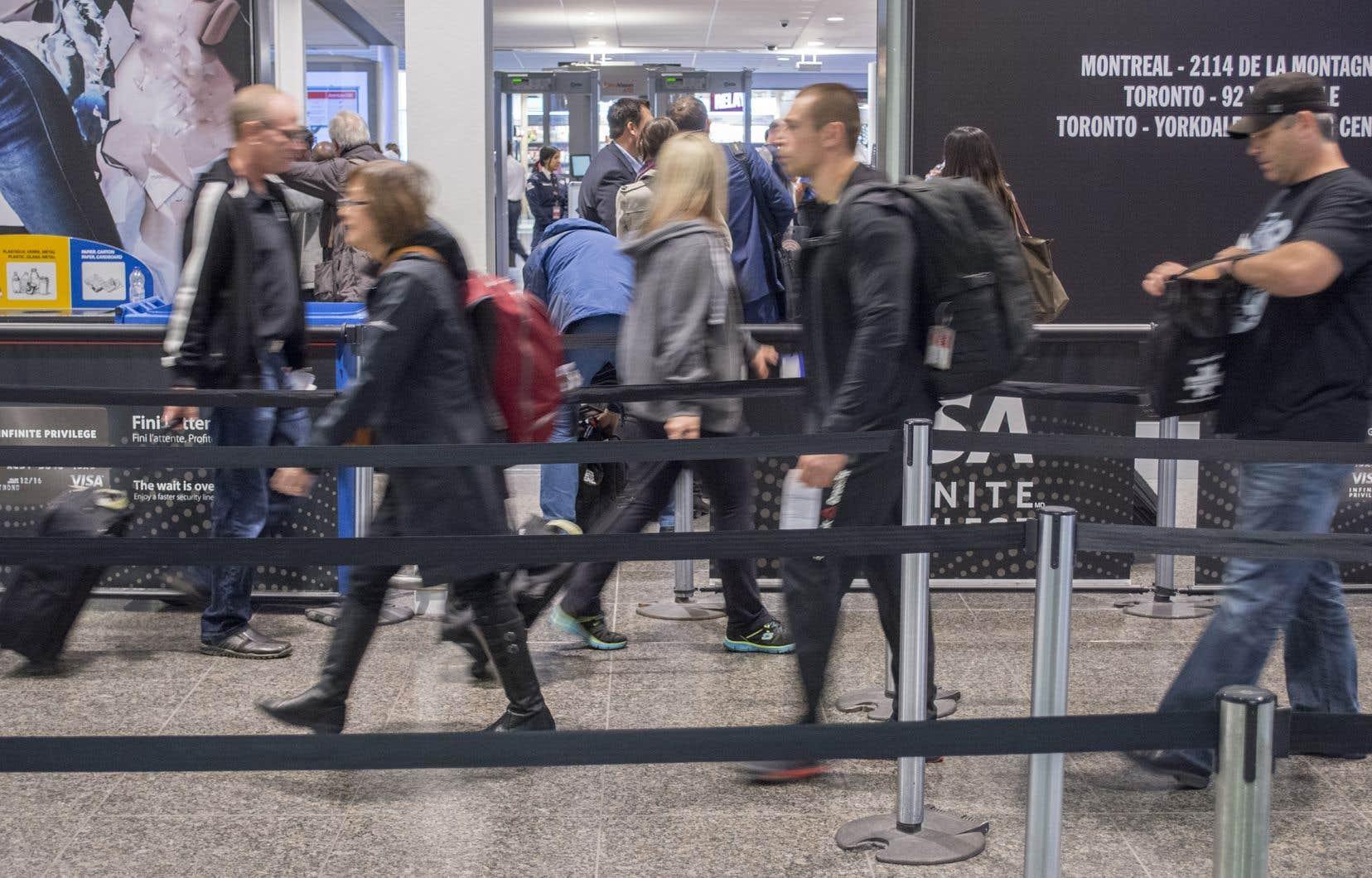 Les autorités québécoises tentent d'ailleurs actuellement de contacter 61 personnes — dont 32 Québécois — ayant eu un contact avec une passagère d'Air Canada, infectée par le COVID-19.