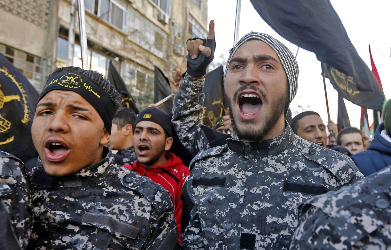 Des membres du Djihad islamique manifestent contre les soldats israéliens qui ont tiré sur deux de leurs combattants, accusés d'avoir placé un engin explosif à proximité de la barrière séparant Israël de Gaza, selon l'armée israélienne.