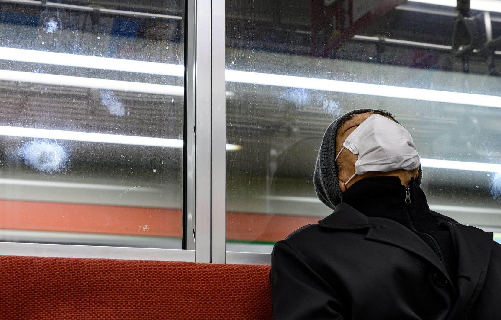 Le nouveau coronavirus provoque de graves pénuries de masques, au grand dam des autorités qui durcissent la répression contre les vendeurs d'articles jugés dangereux.