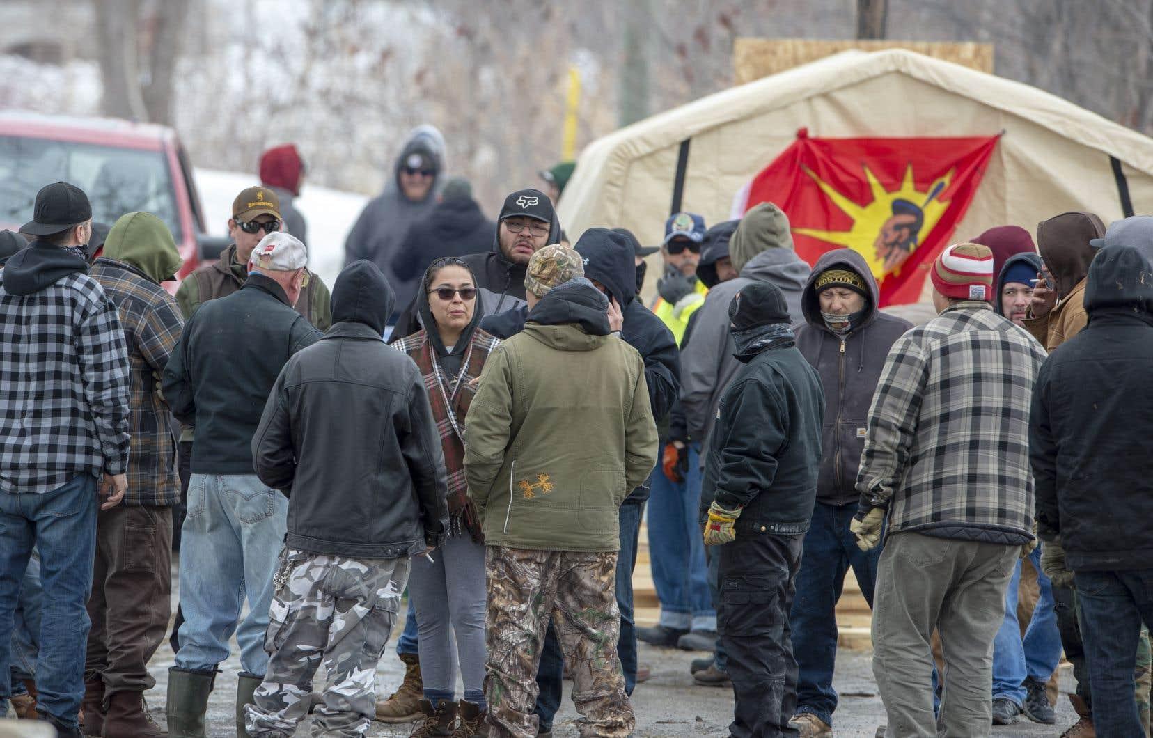 À Kahnawake, la barricade a été renforcée en réponse à l'injonction obtenue mardi par Canadien Pacifique.
