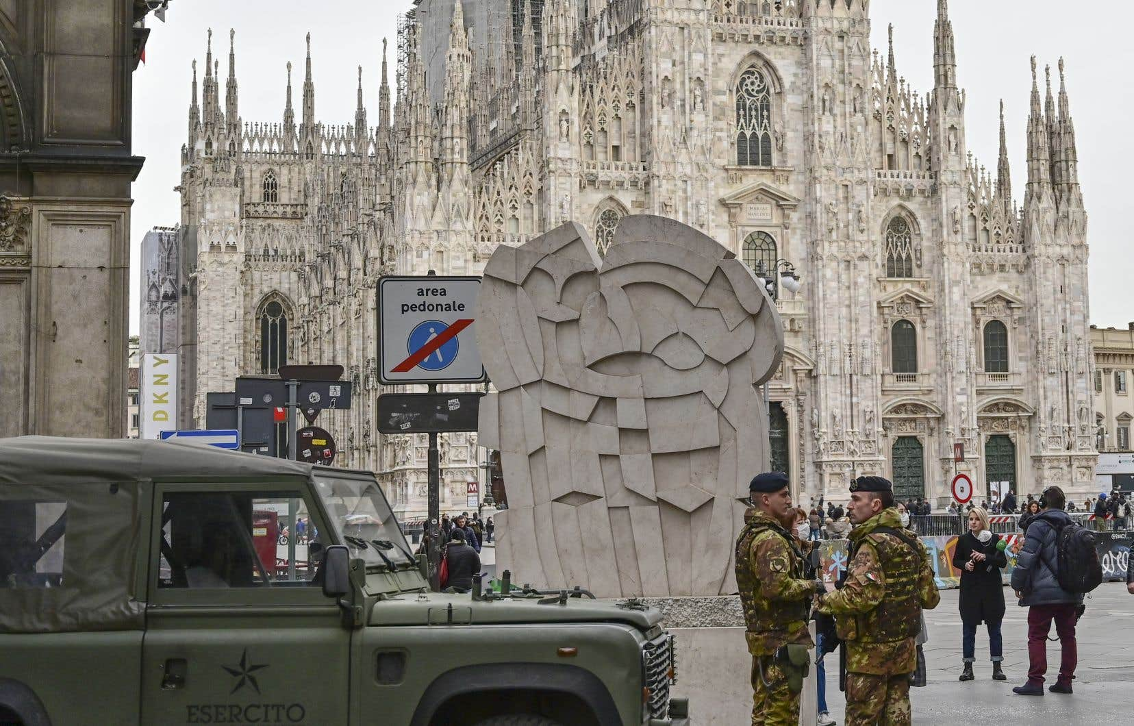 Des soldats de l'armée italienne dans le centre de Milan, le 27 février 2020.