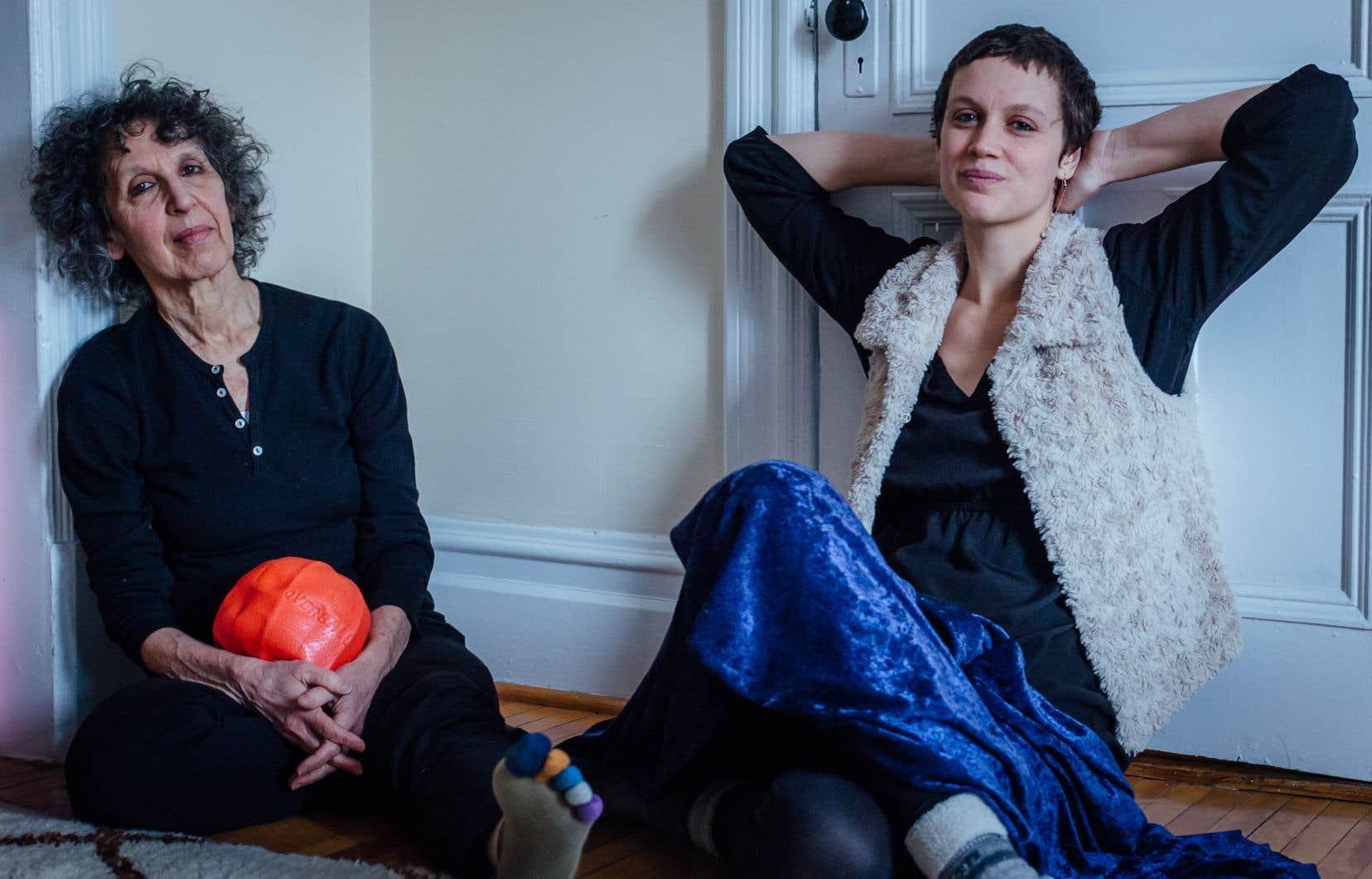 Une quête d'essence relie les pratiques des deux femmes, Linda Rabin (à droite) et Sarah Dell'Ava, dont les ateliers respectifs sont suivis avec une assiduité porteuse de bénéfices.