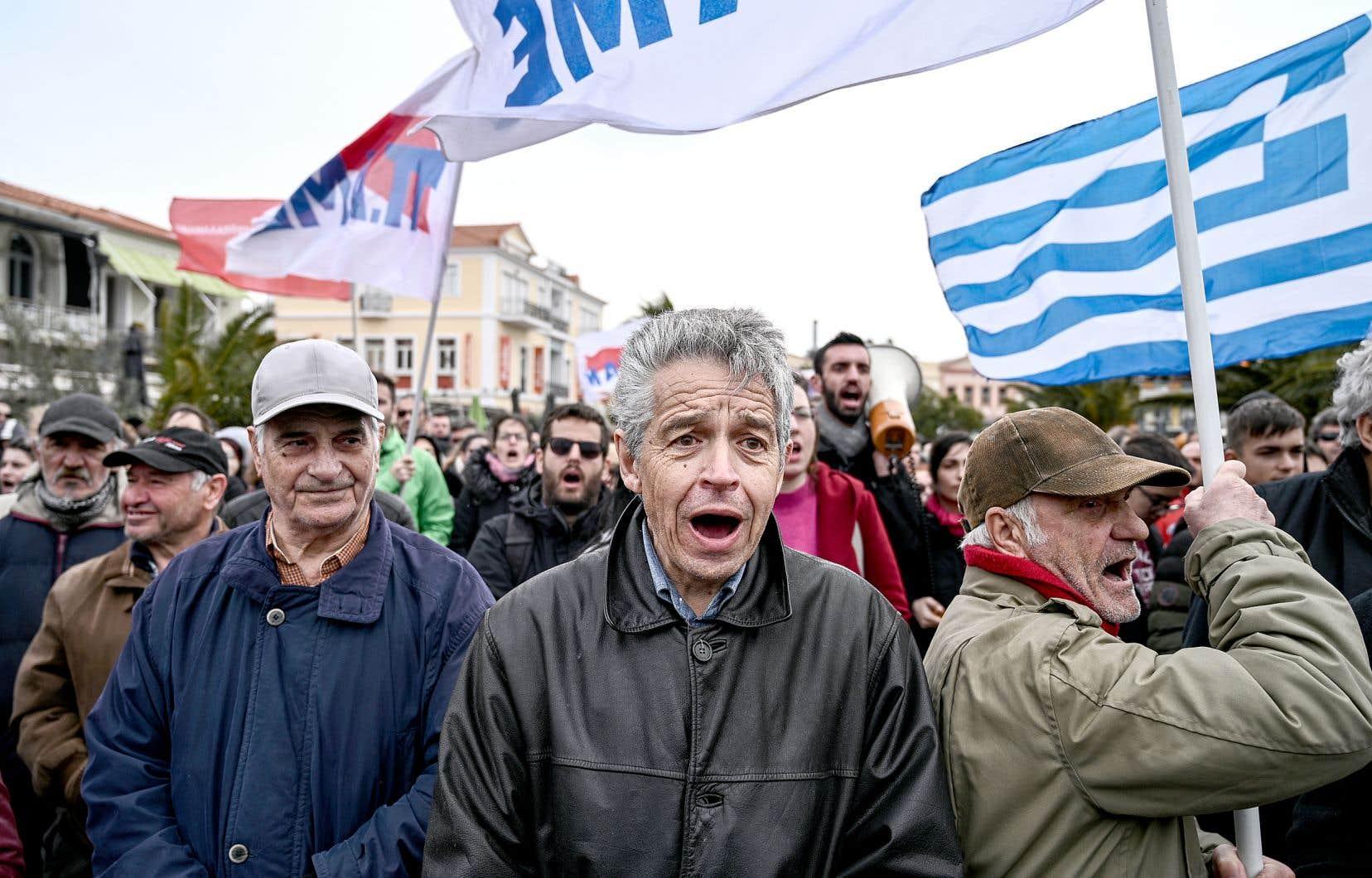 Un millier de personnes ont manifesté contre la construction de nouveaux camps pour migrants, jeudi, à Mytilène.