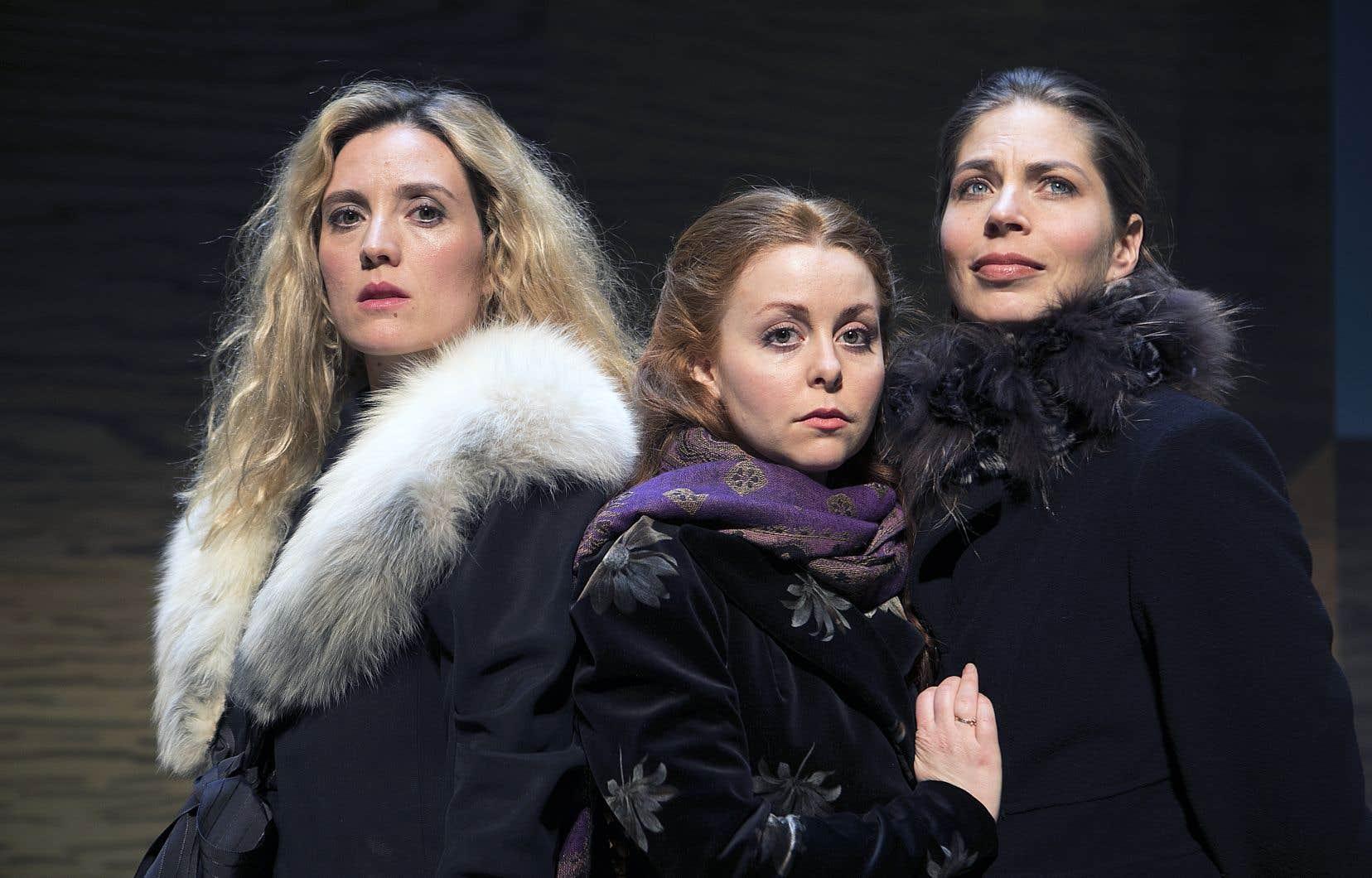 <p>Évelyne Brochu, Rebecca Vachon et Noémie Godin-Vigneau incarnent trois soeurs aspirant à une vie meilleure dans la pièce «Les trois soeurs».</p>