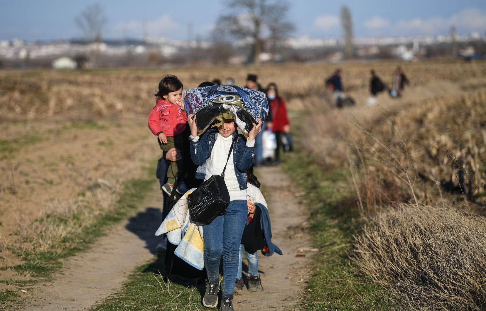Les médias turcs se sont fait l'écho de premières concentrations de personnes, présentées comme des migrants, à proximité de la frontière avec la Grèce, comme ici près de la ville turque de Pazarkule.