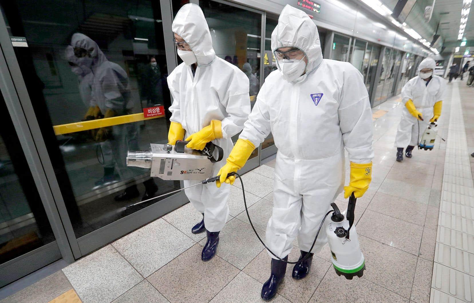 Des préposés se sont affairés à désinfecter les stations de métro de Séoul, en Corée du sud, vendredi, pour lutter contre la propagation du coronavirus.