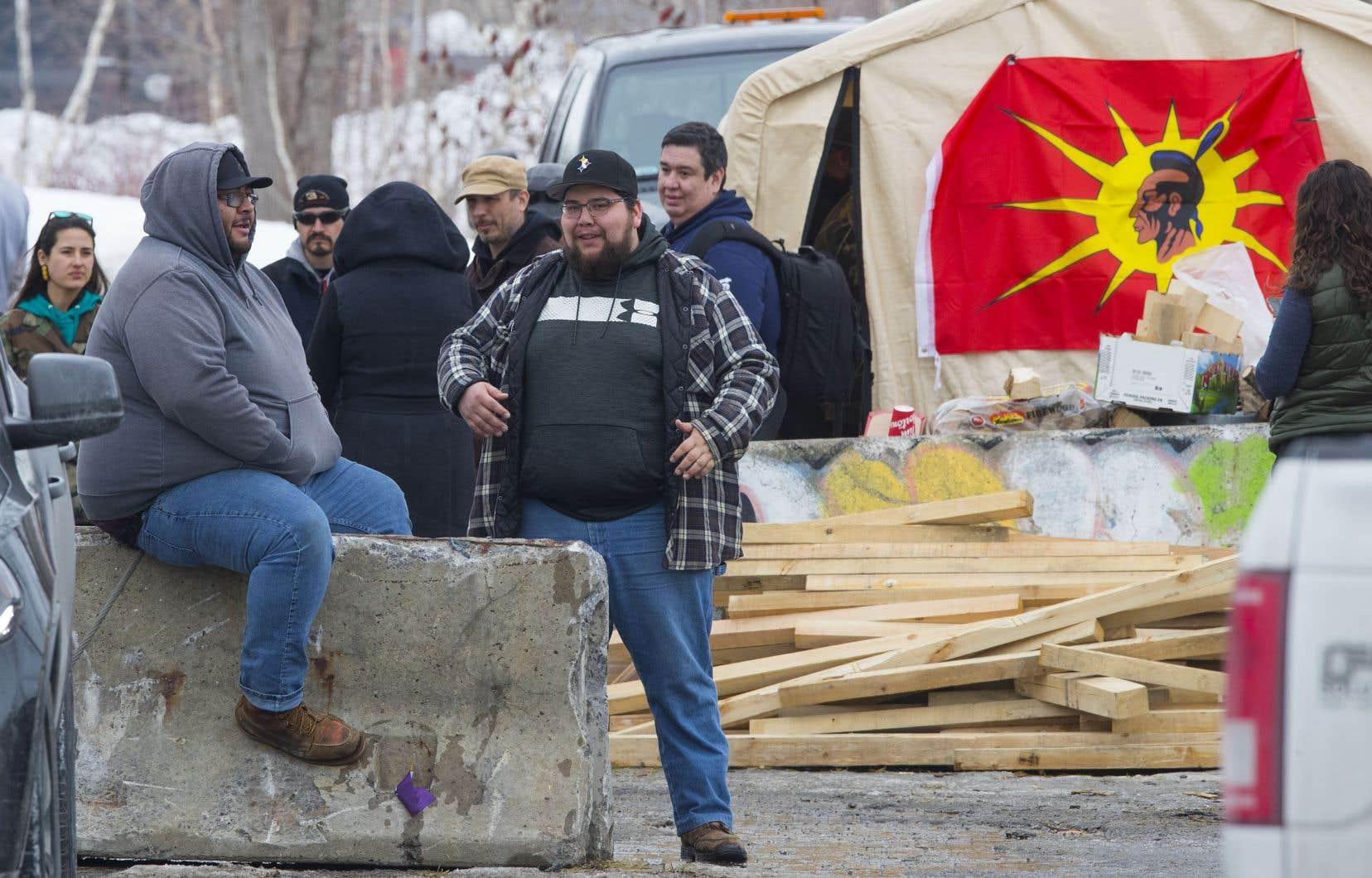 La communauté autochtone de Kahnawake ont élevé une barricade en soutien aux chefs héréditaires wet'suwet'en.
