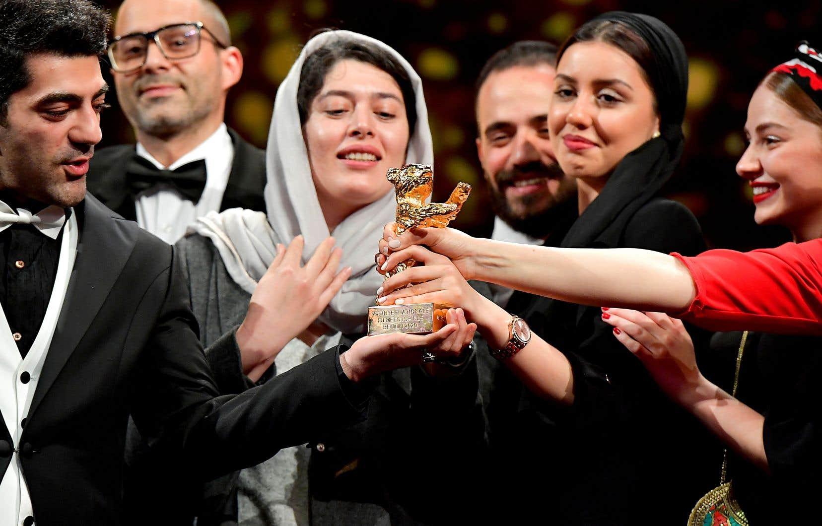 En l'absence du réalisateur, Mohammad Rasoulof, l'équipe du film «There Is No Evil» est montée sur scène pour recevoir l'Ours d'or.