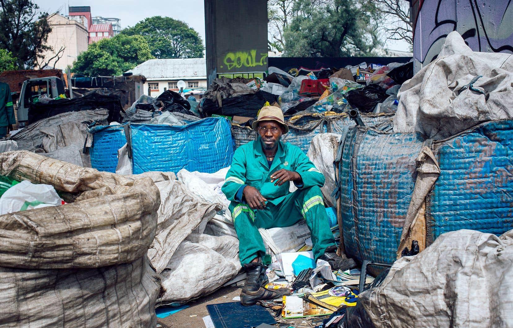 Chippa, un récupérateur originaire du Lesotho, s'est joint au groupe African Reclaimers Organisation depuis deuxans. On le voit ici en train de trier les déchets recyclables par catégories.