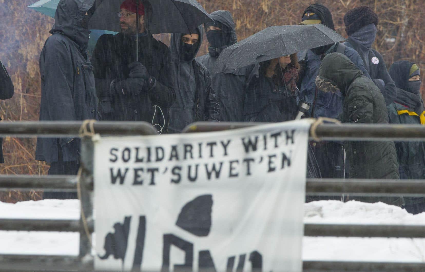 Malgré la pluie, les manifestants étaient bien déterminés à rester aussi longtemps que possible. Ils n'ont par contre par voulu faire d'autres commentaires aux médias.