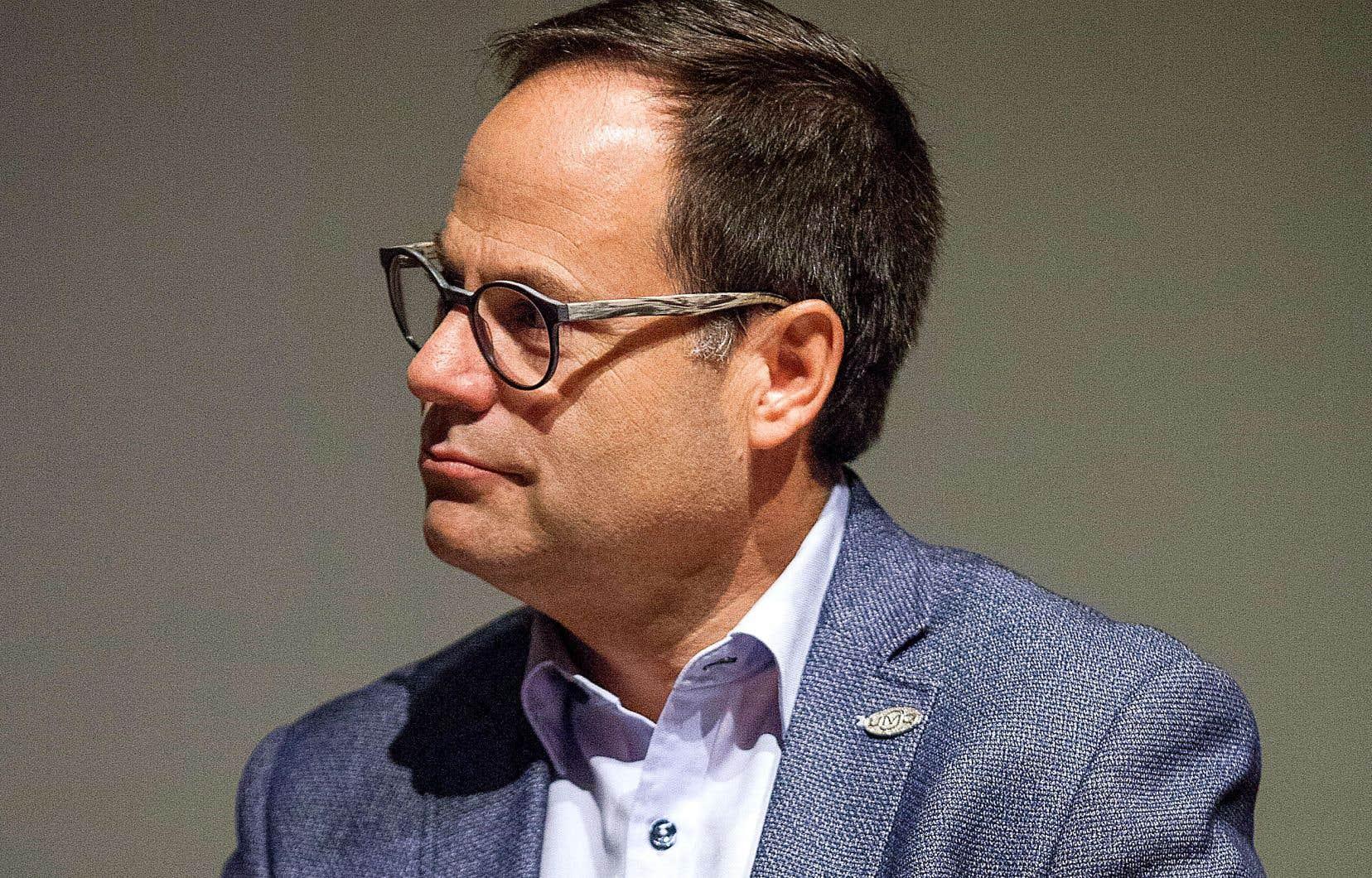 Alexandre Cusson a déposé, lundi à Québec, son bulletin de mise en candidature à la direction du Parti libéral du Québec.