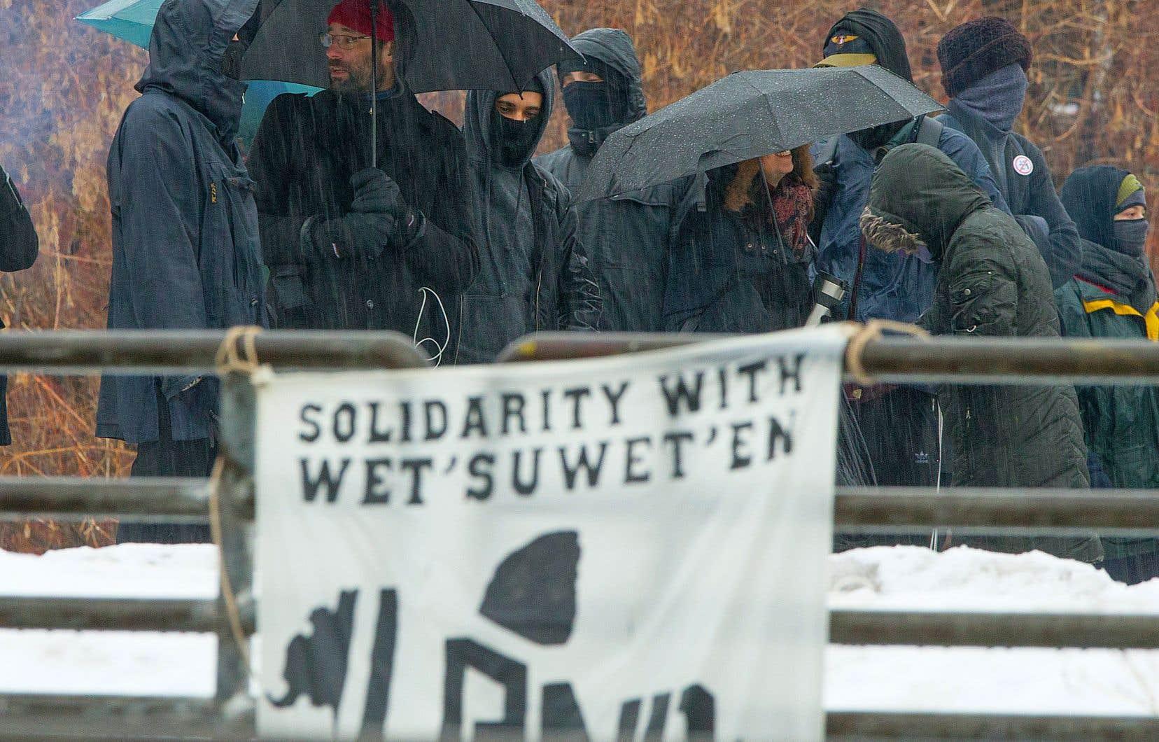 Des activistes ont manifesté sur la voie ferrée du Canadien National, lundi après-midi, dans le quartier Pointe-Saint Charles, à Montréal.