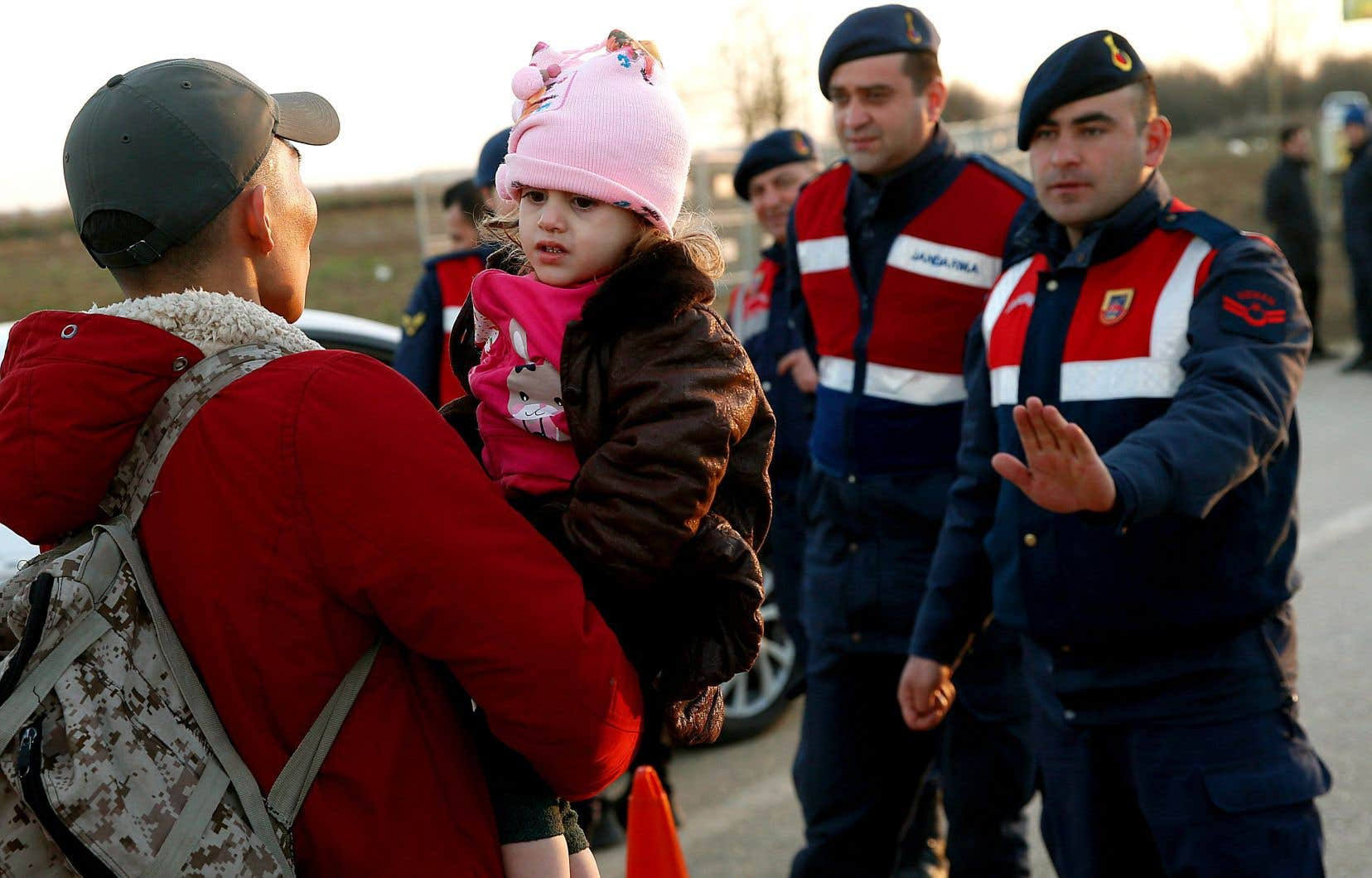 Marchant à travers des champs en direction du point de passage de Pazarkule, dans la zone frontalière entre la Turquie et la Grèce, des milliers de personnes continuaient d'affluer lundi, avec l'espoir de rejoindre l'Europe.
