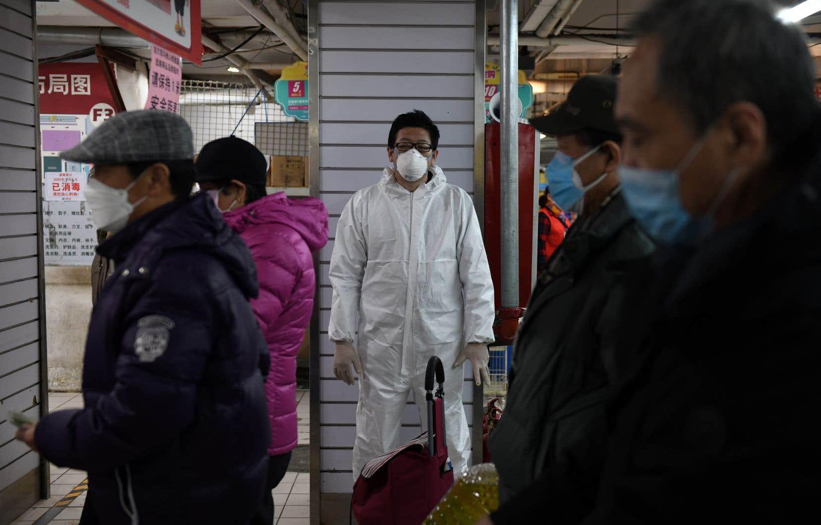 L'épidémie semble faiblir en Chine, où des mesures de quarantaine draconiennes visent plus de 50millions de personnes depuis fin janvier. Mais le risque de recontamination par l'extérieur du pays plane.