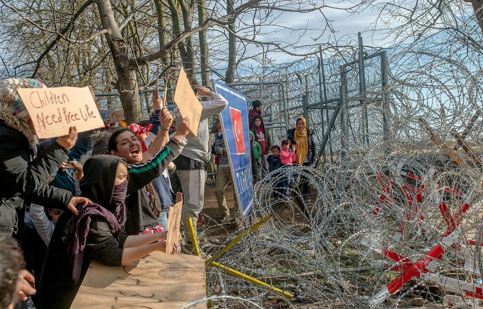 Au point de passage turc de Pazarkule, des migrants maintiennent la pression sur les autorités grecques.
