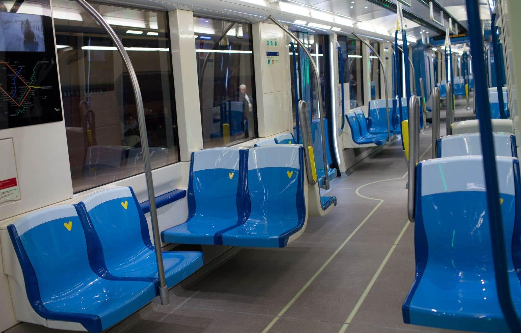 Les éléments intérieurs des voitures de métro seront nettoyés au moins une fois à tous les sept jours.