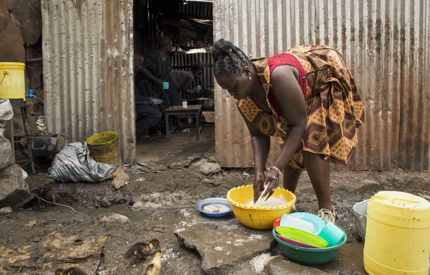 Clarice Akinyi fait la lessive dans le village de Mashimoni, à Nairobi, au Kenya. Elle se dit fière d'être une travailleuse domestique mais se sent très frustrée et en colère à cause du mauvais traitement que lui ont réservé ses employeurs.