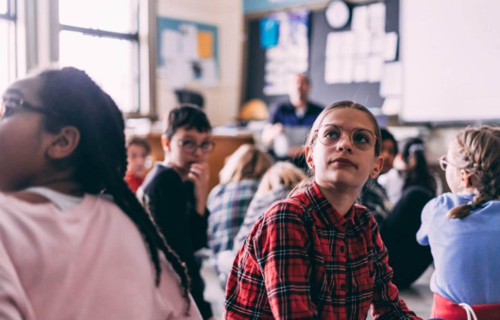 Des élèves de l'école Saint-Pierre-Claver, dans le Plateau-Mont-Royal, se sont prêtés au jeu d'un atelier sur l'égalité des sexes.