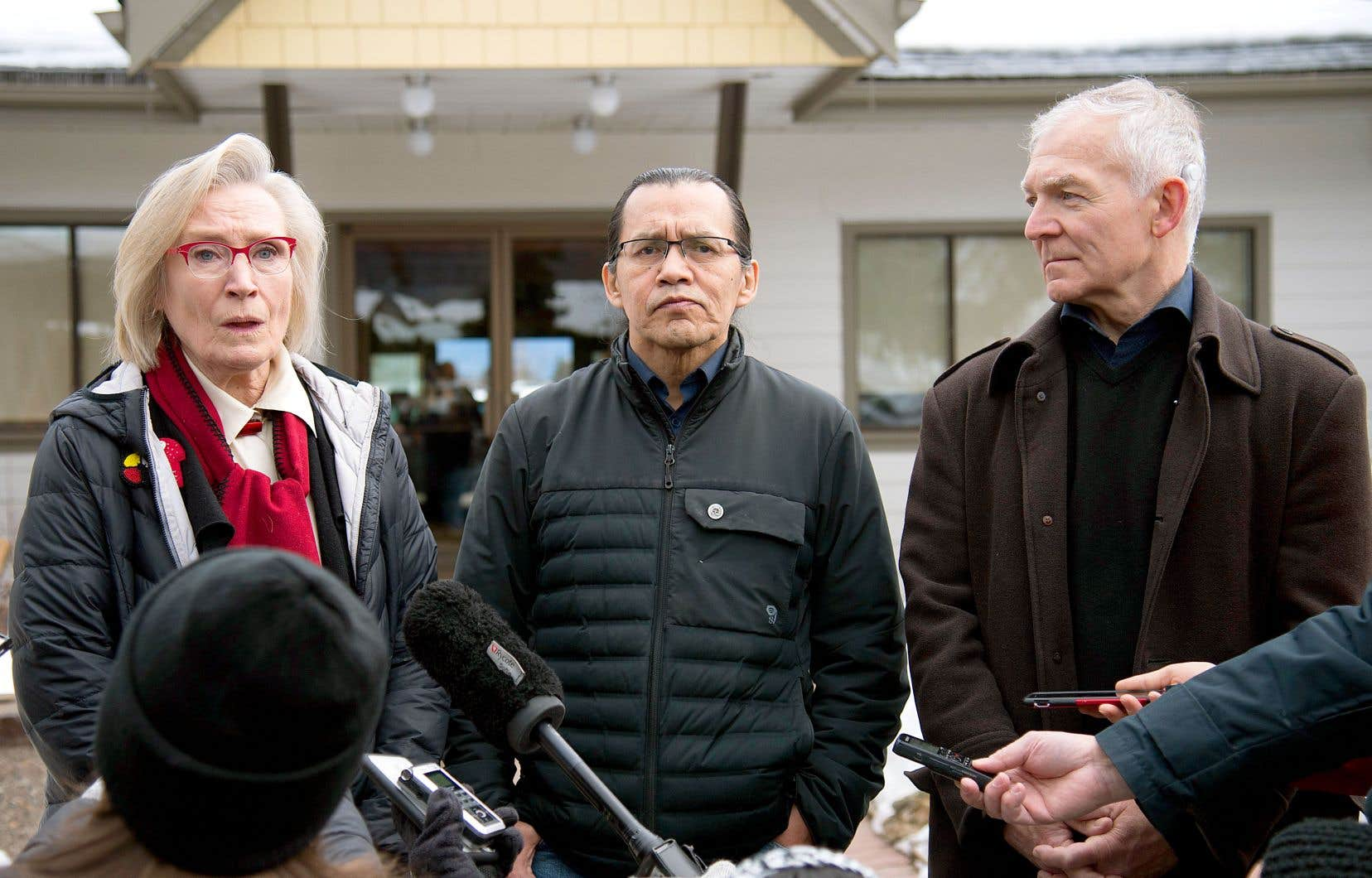 La ministre fédérale Carolyn Bennett, le chef héréditaire wet'suwet'en Frank Alec et le ministre provincial Scott Fraser ont annoncé, dimanche, une entente pour dénouer la crise du gazoduc Coastal GasLink. L'accord a été négocié en l'absence des chefs élus.