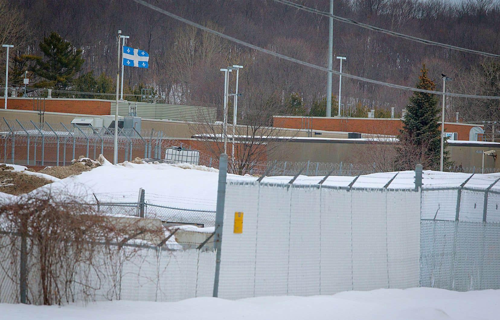 L'introduction de cellulaires dans les établissements de détention, comme celui de Saint-Jérôme, est devenue une activité très payante.