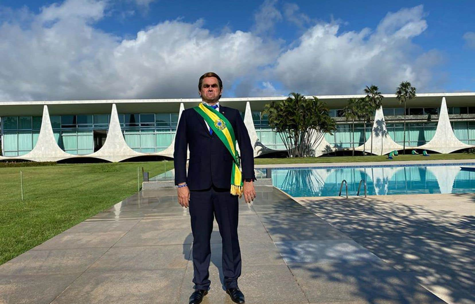 Relooké à la Bolsonaro et affublé de l'écharpe présidentielle, l'humoristeMarvio Lucio avait en main un régime de bananes qu'il comptait distribuer aux journalistes.