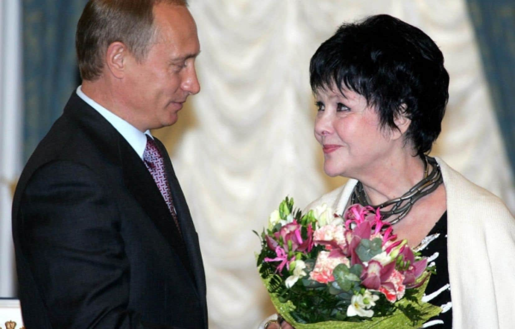 En juin 2004, Bella Akhmadoulina a reçu des mains du président de Russie de l'époque, Vladimir Poutine, un prix remis par l'État pour les arts et la littérature.<br />