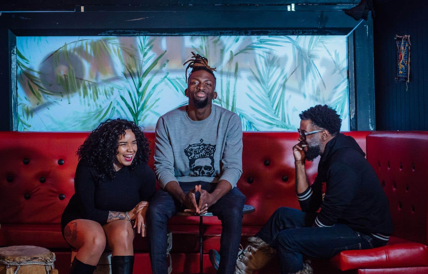 Erika Barao Suarez, Dolino (au centre) et Renzel Dashington. Les Bad Boys du rire sont réunis au Ti-Agrikol, là où ils organisent leurs soirées micro ouvert.