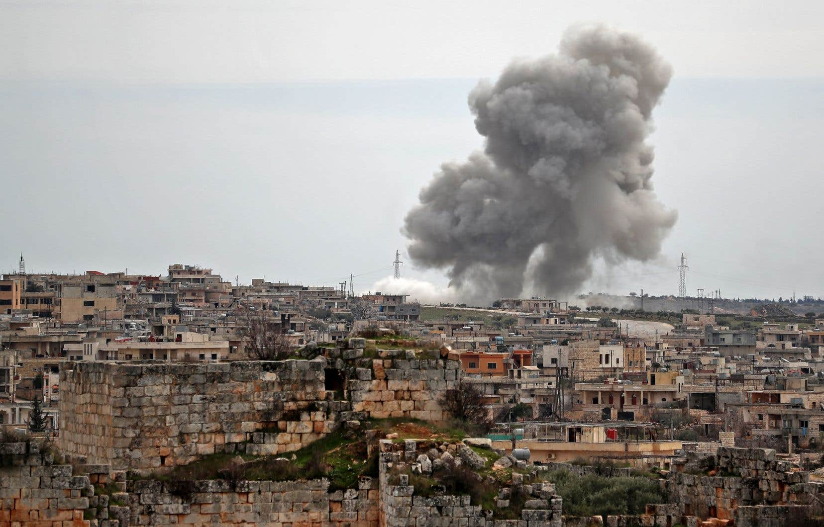 Des panaches de fumée s'élevaient jeudi à la suite des frappes aériennes russes sur le village d'al-Bara, dans le sud de la province d'Idlib.
